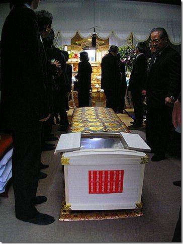20150723_360px-出棺(葬儀)